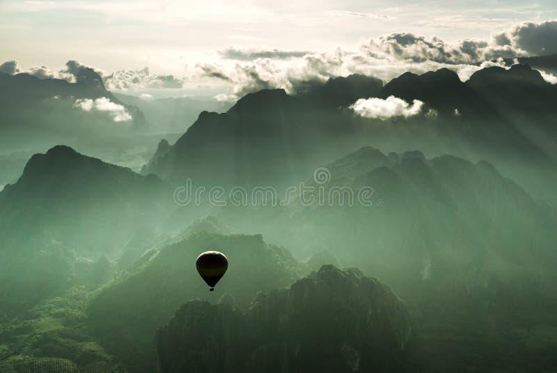Συναρπαστικός γύρος μπαλονιών ζεστού αέρα στοκ εικόνες