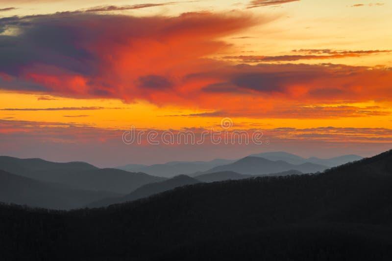 Συναρπαστικό μπλε ηλιοβασίλεμα κορυφογραμμών στοκ εικόνες
