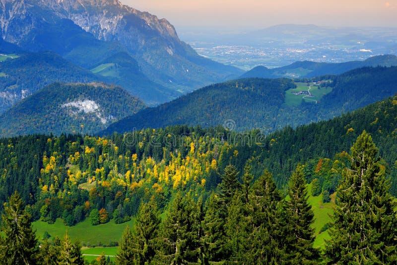 Συναρπαστικό lansdcape των βουνών, των δασών και των μικρών βαυαρικών χωριών στην απόσταση Φυσική άποψη των βαυαρικών Άλπεων με π στοκ εικόνες με δικαίωμα ελεύθερης χρήσης