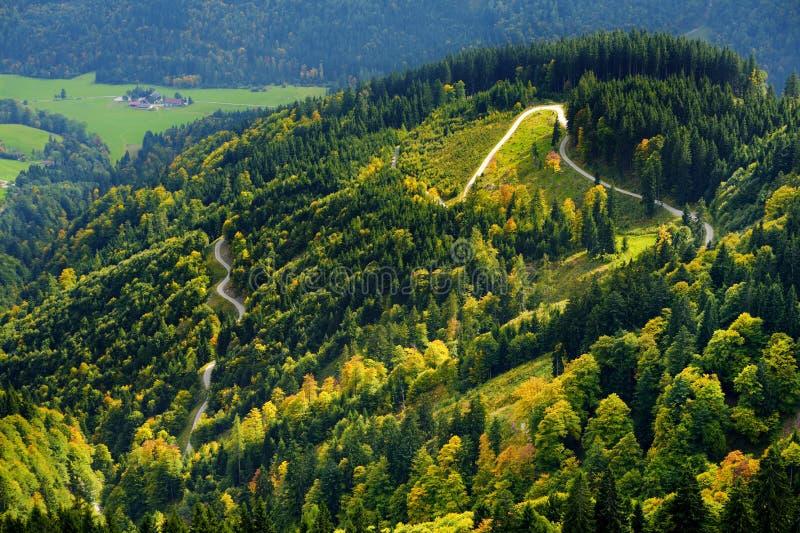 Συναρπαστικό lansdcape των βουνών, των δασών και των μικρών βαυαρικών χωριών στην απόσταση Φυσική άποψη των βαυαρικών Άλπεων με π στοκ φωτογραφίες