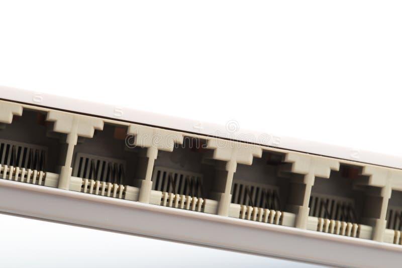 Συνδέοντας καλώδια δικτύων στους δρομολογητές διακοπτών που χρησιμοποιούν rg-45 συνδετήρες στοκ εικόνα με δικαίωμα ελεύθερης χρήσης