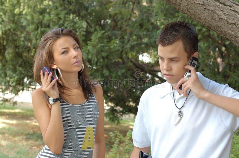 Συνδέστε και των δύο χρησιμοποιώντας το κινητό τηλέφωνο στοκ εικόνες