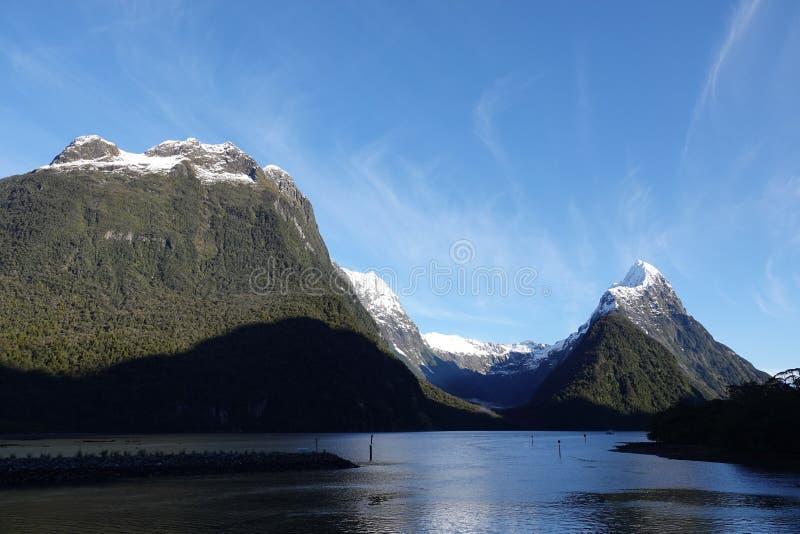 Συνδέστε λοξά την αιχμή στον ήχο Milford, Νέα Ζηλανδία στοκ εικόνες