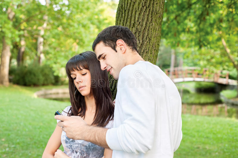 συνδέστε υπαίθρια τις νεολαίες στοκ φωτογραφία με δικαίωμα ελεύθερης χρήσης