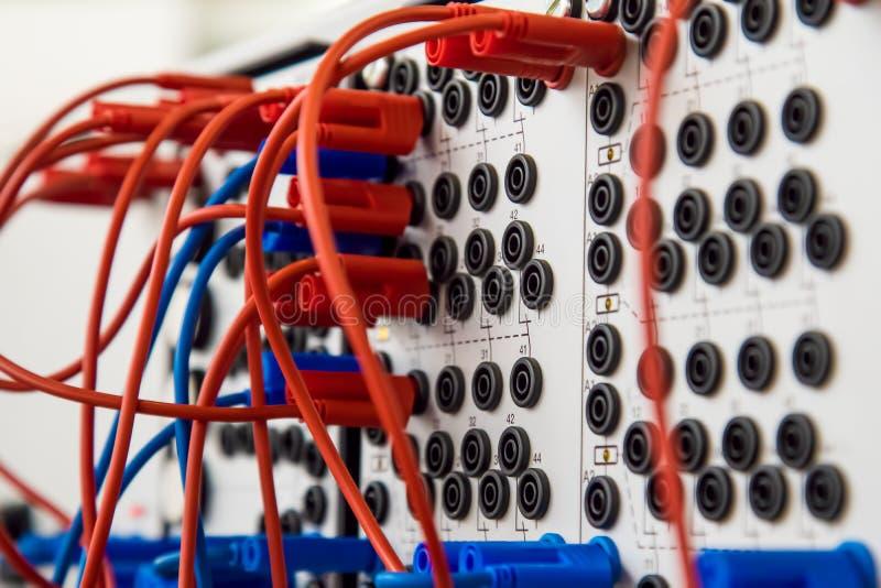 Συνδετήρες και καλώδια ενός σύνθετου ηλεκτρικού συστήματος στοκ εικόνα