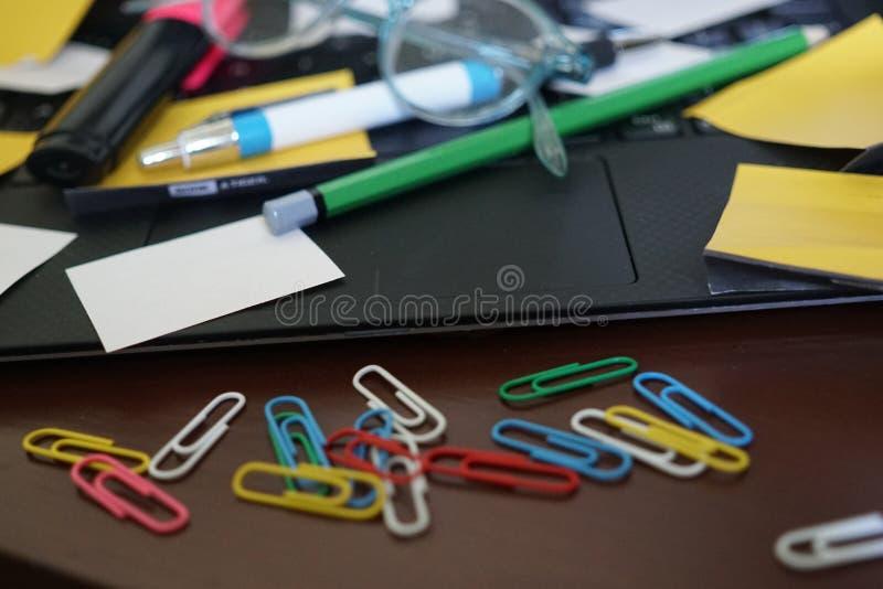 συνδετήρες όπως τις προμήθειες σούπας γραφείων στοκ φωτογραφίες