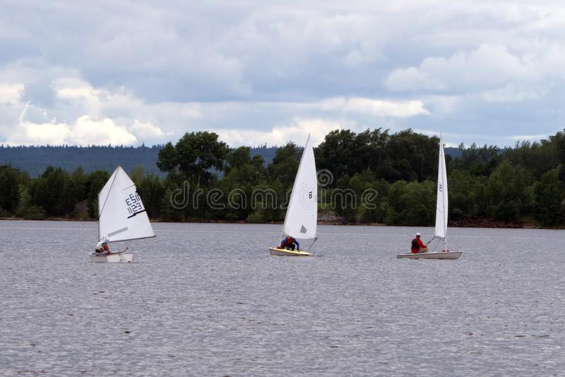 Συνδυασμένη λίμνη σχολικού πλέοντας πρωταθλήματος, πανί, ναυσιπλοΐα, παιδιά στοκ εικόνες