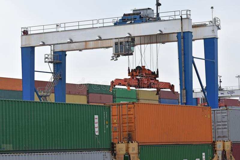 Συνδυασμένο ναυπηγείο ραγών με τους γερανούς και τα εμπορευματοκιβώτια ατσάλινων σκελετών στοκ φωτογραφία με δικαίωμα ελεύθερης χρήσης