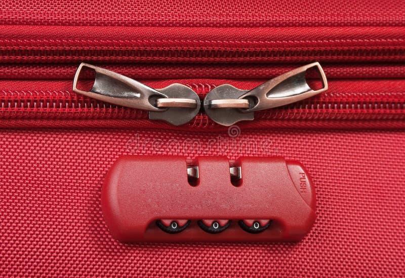 συνδυασμός κλειδαριάς σε κόκκινη βαλίτσα στοκ εικόνες με δικαίωμα ελεύθερης χρήσης