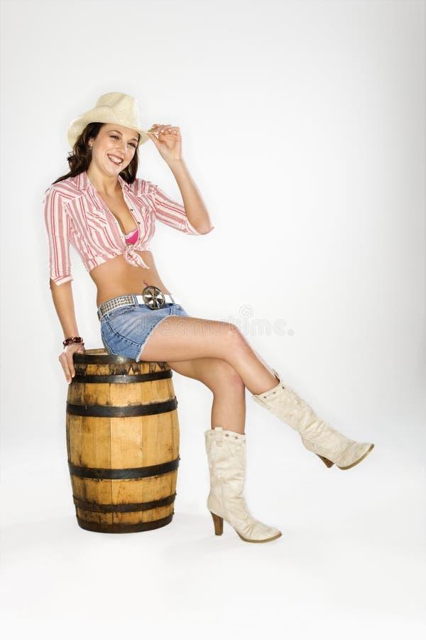 συνεδρίαση βαρελιών cowgirl στοκ φωτογραφίες