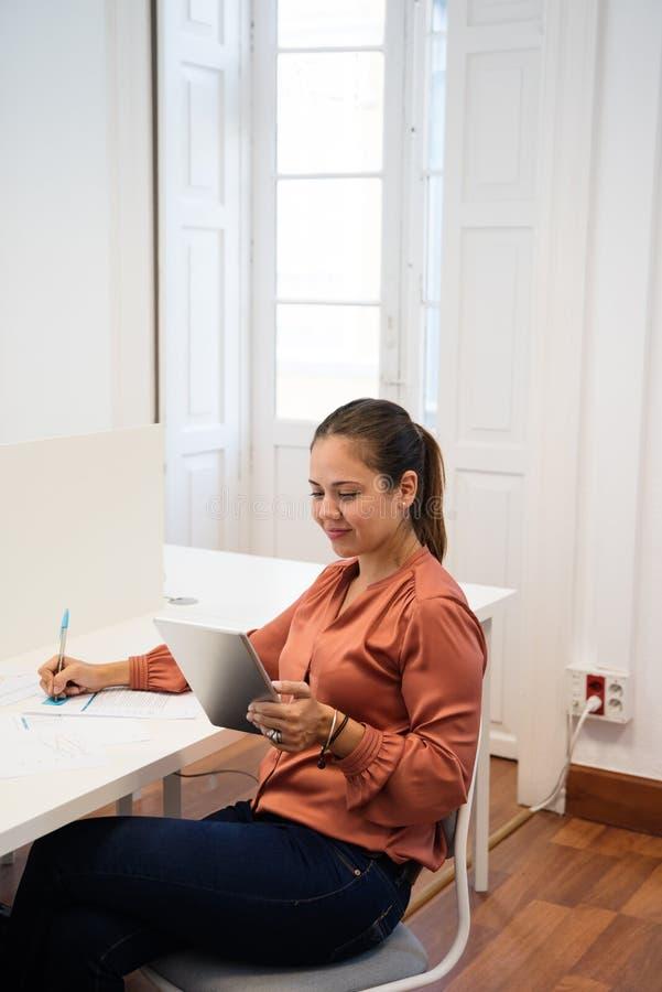 Συνεδρίαση γυναικών σε ένα γραφείο που εξετάζει ένα PC ταμπλετών στοκ φωτογραφίες με δικαίωμα ελεύθερης χρήσης