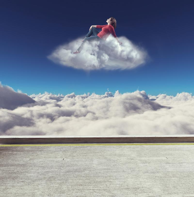 Συνεδρίαση γυναικών σε ένα σύννεφο στοκ εικόνες