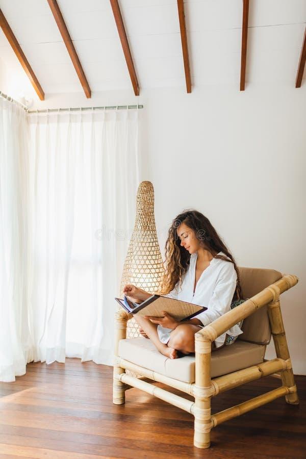 Συνεδρίαση γυναικών στην ξύλινη καρέκλα μπαμπού, έννοια eco στοκ φωτογραφία με δικαίωμα ελεύθερης χρήσης