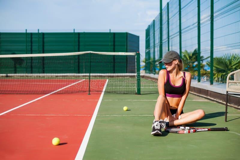 Συνεδρίαση γυναικών στο γήπεδο αντισφαίρισης στοκ εικόνες με δικαίωμα ελεύθερης χρήσης