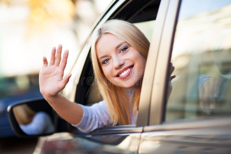 Συνεδρίαση γυναικών χαμόγελου νέα στο αυτοκίνητο στοκ εικόνες με δικαίωμα ελεύθερης χρήσης