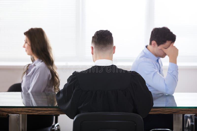 Συνεδρίαση δικαστών με το ζεύγος Displeased στοκ εικόνες