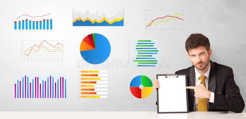 Συνεδρίαση επιχειρηματιών στο γραφείο με τις εκθέσεις και τις γραφικές παραστάσεις στοκ εικόνες