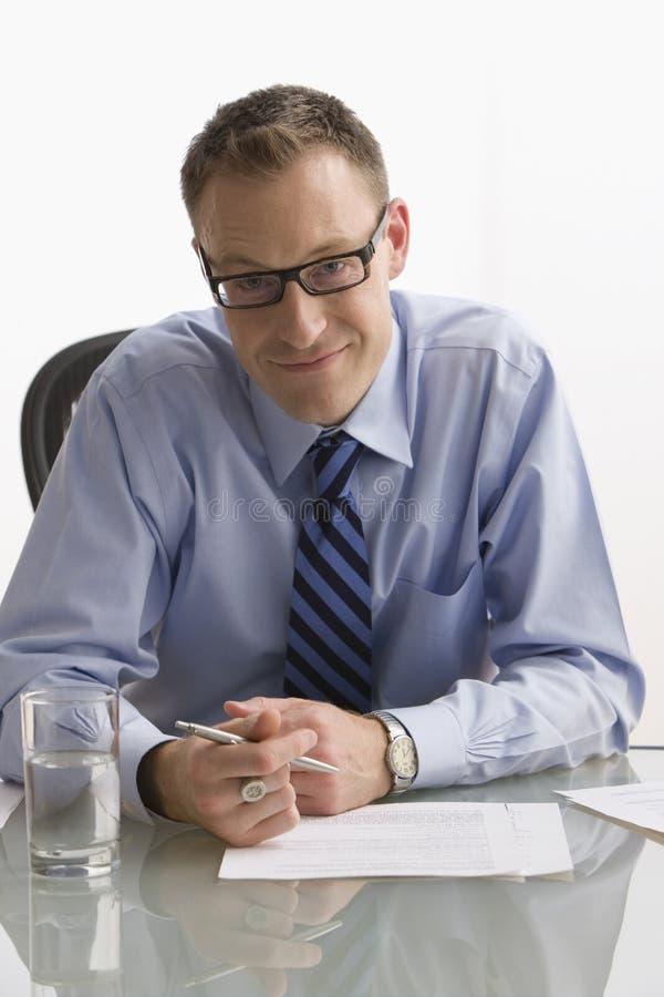 Συνεδρίαση επιχειρηματιών στο γραφείο - που απομονώνεται στοκ φωτογραφία με δικαίωμα ελεύθερης χρήσης