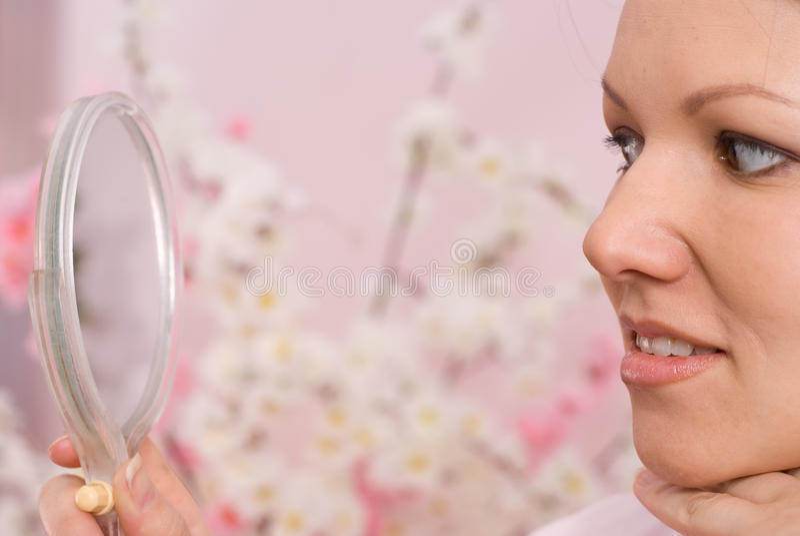Συνεδρίαση και βλέμματα γυναικών στον καθρέφτη στοκ εικόνες με δικαίωμα ελεύθερης χρήσης