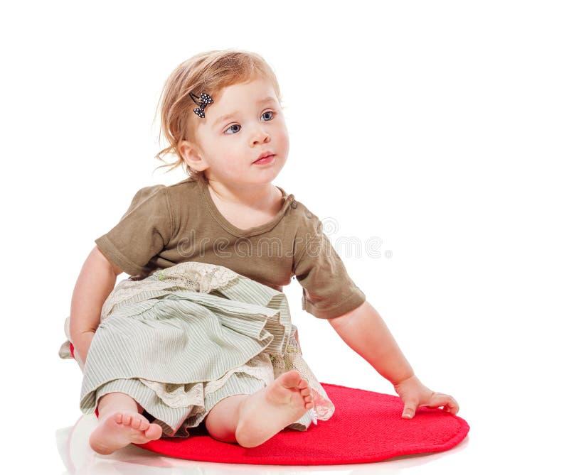 Συνεδρίαση κοριτσιών μικρών παιδιών στοκ εικόνα