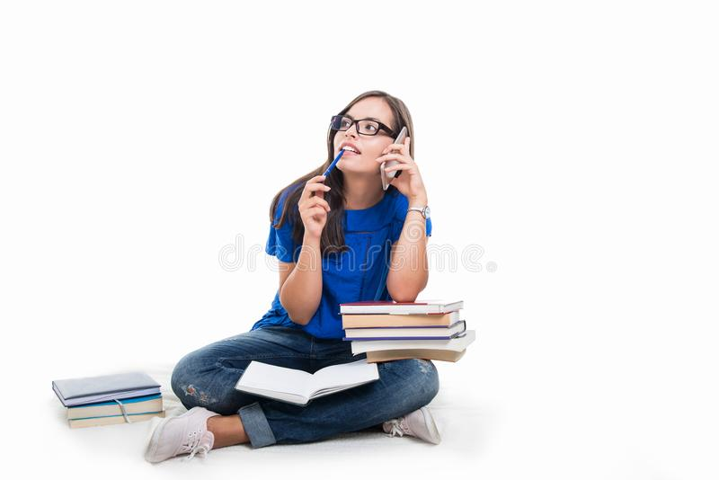 Συνεδρίαση κοριτσιών σπουδαστών που μιλά στο τηλέφωνο στοκ φωτογραφία με δικαίωμα ελεύθερης χρήσης