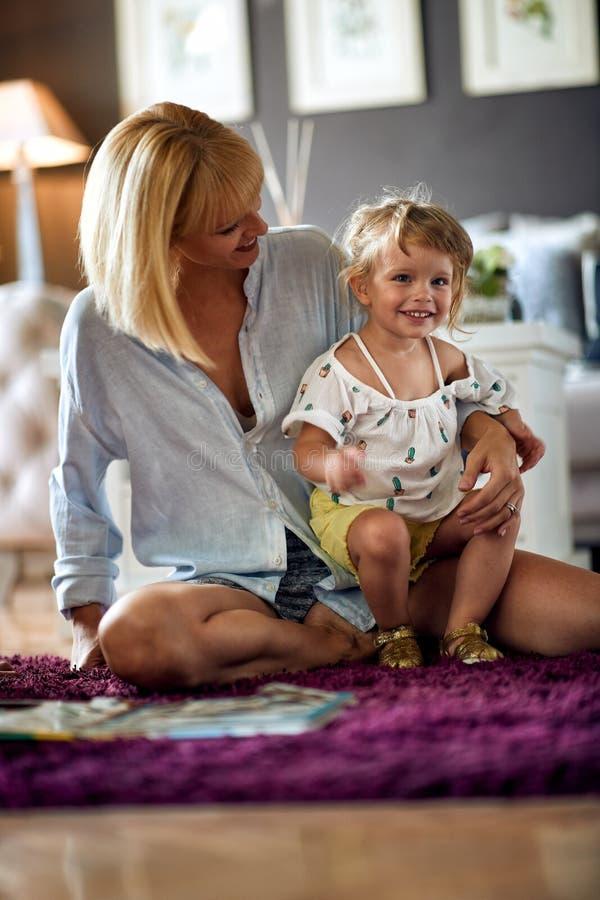 Συνεδρίαση κορών στην περιτύλιξη των mom στοκ εικόνες με δικαίωμα ελεύθερης χρήσης