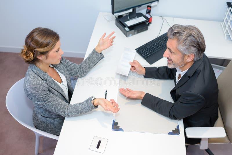 Συνεδρίαση με τον οικονομικό σύμβουλο στοκ φωτογραφία με δικαίωμα ελεύθερης χρήσης