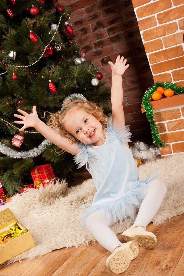 Συνεδρίαση μικρών κοριτσιών κοντά στο χριστουγεννιάτικο δέντρο στοκ φωτογραφίες με δικαίωμα ελεύθερης χρήσης