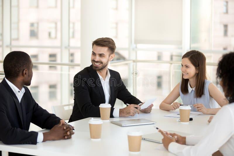 Συνεδρίαση ομιλίας ομάδας συναδέλφων χαμόγελου φιλική διαφορετική στο mee στοκ φωτογραφία με δικαίωμα ελεύθερης χρήσης