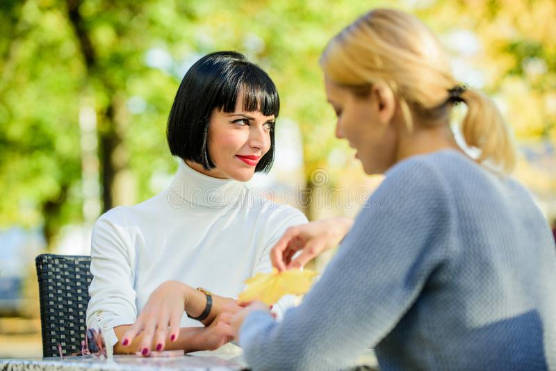 Συνεδρίαση της φιλίας Πλήρης εμπιστοσύνης επικοινωνία Φιλία ή ανταγωνισμός Οι φίλοι κοριτσιών πίνουν τη συζήτηση καφέ Συνομιλία δ στοκ εικόνες