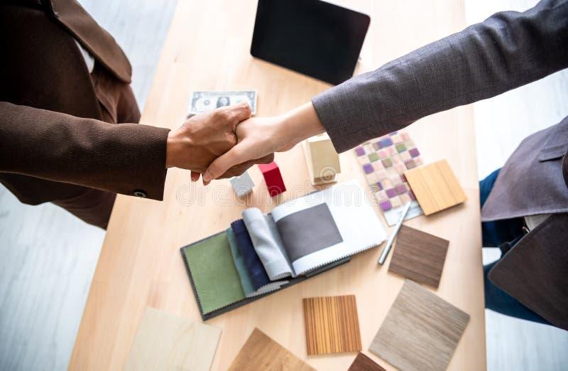 Συνεδρίαση του χεριού τινάγματος ασφαλιστικών πρακτόρων και πελατών μετά από να υπογράψει τη σύμβαση για τη realty αγορά στην αρχ στοκ φωτογραφία με δικαίωμα ελεύθερης χρήσης