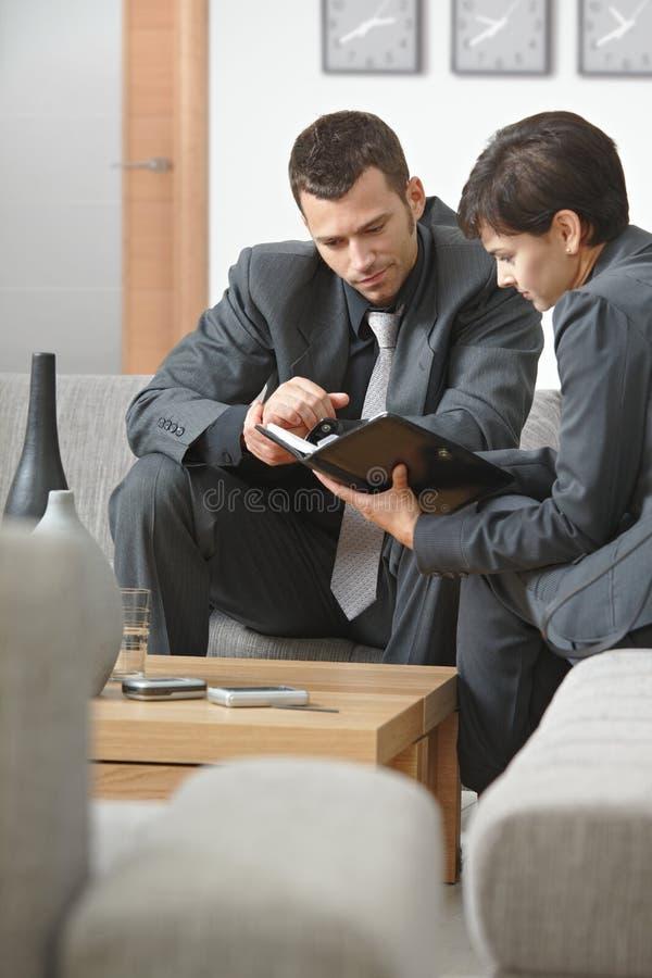 Συνεδρίαση του Businesspeople στο γραφείο στοκ εικόνες