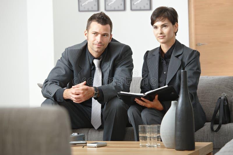 Συνεδρίαση του Businesspeople στο γραφείο στοκ εικόνα με δικαίωμα ελεύθερης χρήσης