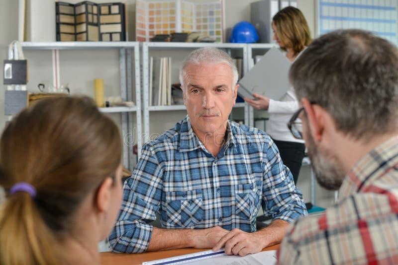 Συνεδρίαση των γραφείων με το άτομο και το ζεύγος στοκ φωτογραφία με δικαίωμα ελεύθερης χρήσης