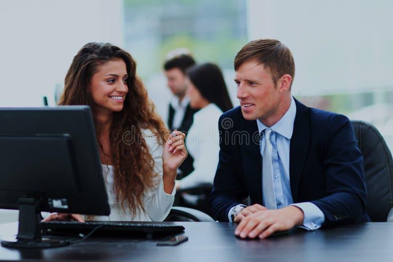 Συνεδρίαση των επιχειρηματιών και επιχειρηματιών στο σύγχρονο γραφείο στοκ εικόνες