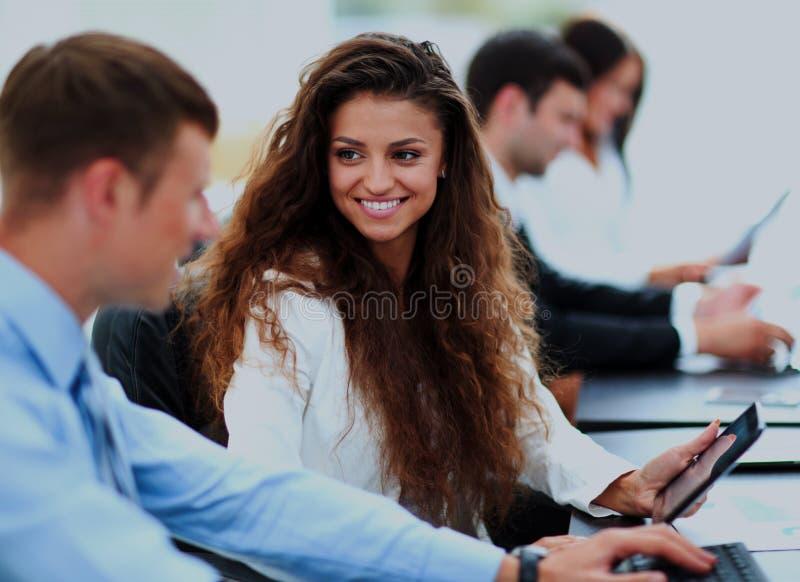 Συνεδρίαση των επιχειρηματιών και επιχειρηματιών στο σύγχρονο γραφείο στοκ φωτογραφία