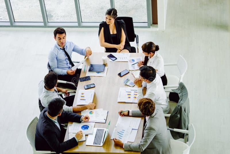 Συνεδρίαση των επιχειρηματιών με το συνάδελφο στο γραφείο αιθουσών συνεδριάσεων από τη τοπ άποψη στοκ φωτογραφία με δικαίωμα ελεύθερης χρήσης