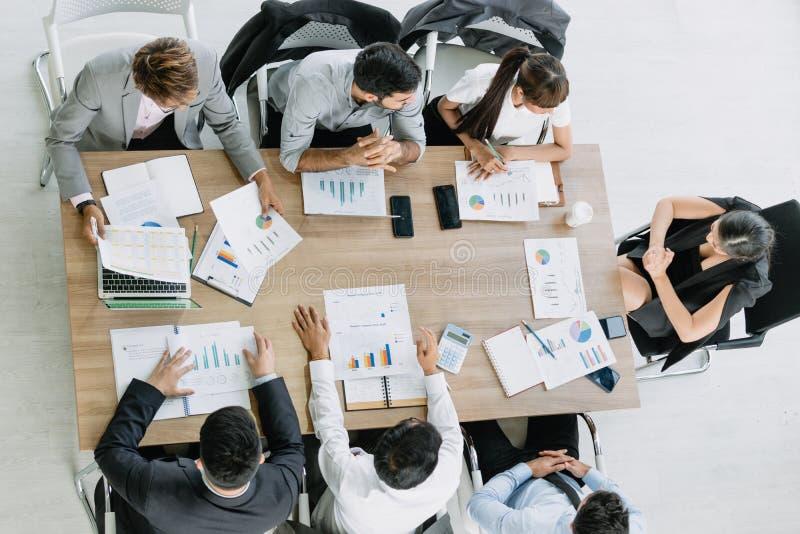Συνεδρίαση των επιχειρηματιών με το συνάδελφο στο γραφείο αιθουσών συνεδριάσεων από τη τοπ άποψη στοκ εικόνες με δικαίωμα ελεύθερης χρήσης