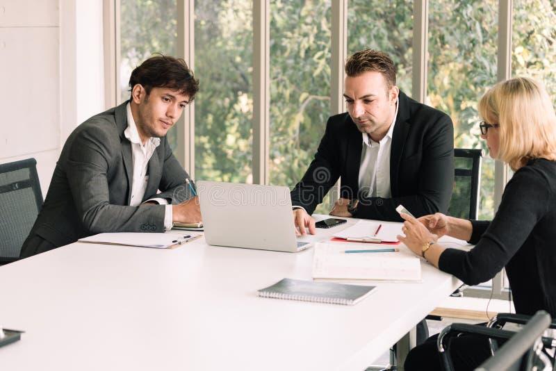 Συνεδρίαση των επιχειρηματιών με το συνάδελφό του στο γραφείο αιθουσών συνεδριάσεων στοκ εικόνα