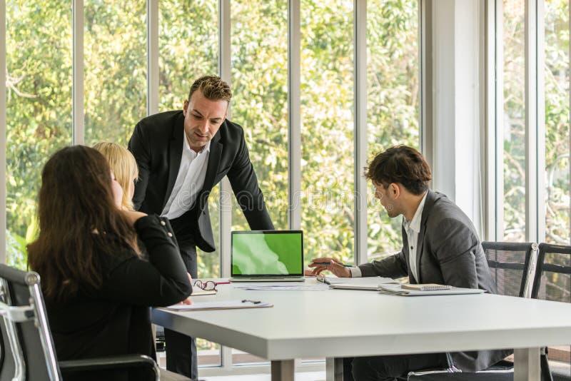 Συνεδρίαση των επιχειρηματιών με το συνάδελφό του στο γραφείο αιθουσών συνεδριάσεων στοκ φωτογραφία με δικαίωμα ελεύθερης χρήσης