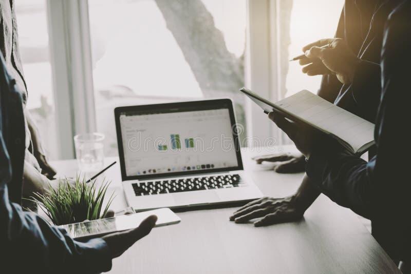 Συνεδρίαση των επιχειρηματιών, που αναλύει και που παρουσιάζει τη χρηματοδότηση στο noteboo στοκ εικόνες