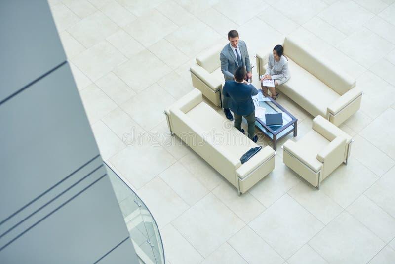 Συνεδρίαση των επιχειρηματιών στην αίθουσα γραφείων στοκ φωτογραφία με δικαίωμα ελεύθερης χρήσης