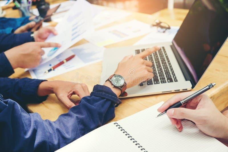 Συνεδρίαση των επιχειρησιακών ομάδων ξεκινήματος που εργάζεται στις νέες επιχειρησιακές δημόσιες σχέσεις lap-top στοκ φωτογραφία