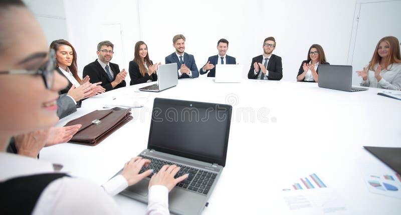 συνεδρίαση των μετόχων της επιχείρησης στη στρογγυλή τράπεζα στοκ φωτογραφία