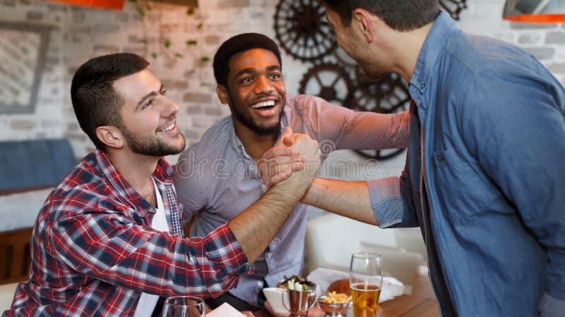 Συνεδρίαση των παλιών φίλων Οι σύντροφοι συναντιούνται στο μπαρ μπύρας στοκ φωτογραφία με δικαίωμα ελεύθερης χρήσης