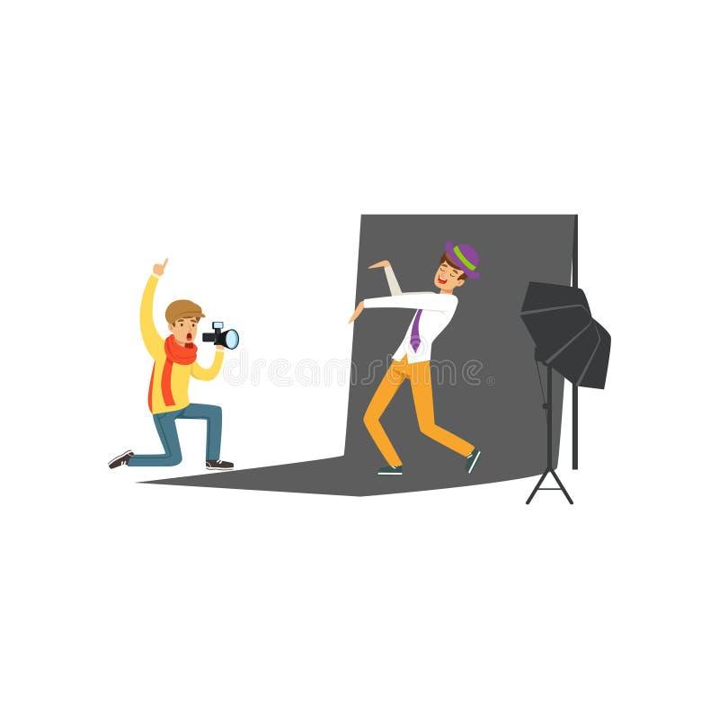 Συνεδρίαση φωτογράφων στη κάμερα του γονάτων και εκμετάλλευσης υπό εξέταση Πρότυπη τοποθέτηση νεαρών άνδρων στο μαύρο σκηνικό Φωτ ελεύθερη απεικόνιση δικαιώματος