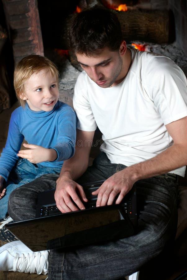 συνεδρίαση lap-top αδελφών στοκ εικόνες με δικαίωμα ελεύθερης χρήσης