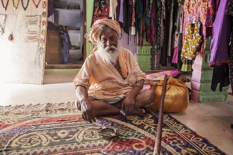 Συνεδρίαση Sadhu στο εσωτερικό καταστημάτων μόδας αγοράς οδών στοκ φωτογραφίες