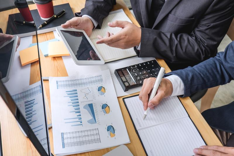 Συνεργάτης επιχειρησιακών ομάδων που εργάζεται με τον υπολογιστή, το lap-top, τη συζήτηση και την ανάλυση των εμπορικών συναλλαγώ στοκ φωτογραφίες με δικαίωμα ελεύθερης χρήσης