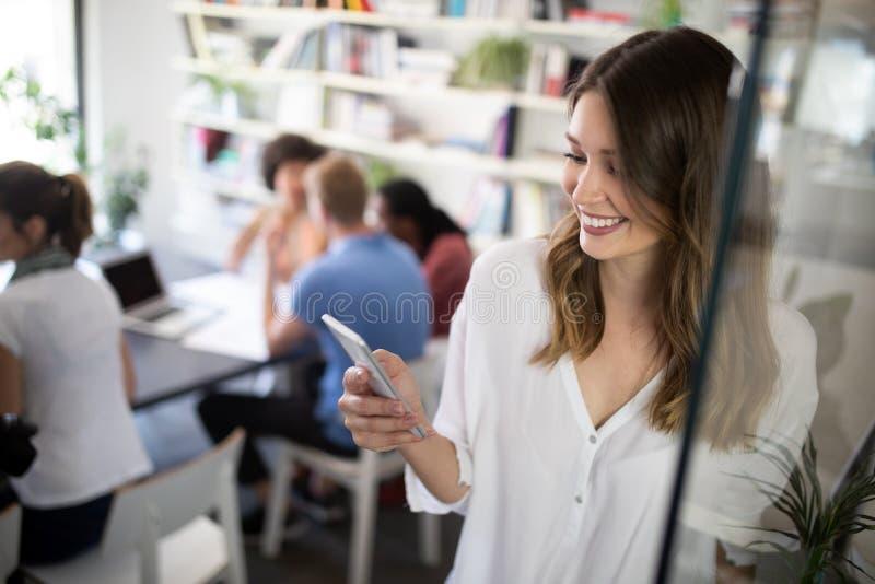 Συνεργασία και ανάλυση με την εργασία επιχειρηματιών στην αρχή στοκ εικόνα με δικαίωμα ελεύθερης χρήσης